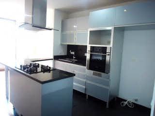 Una cocina con una estufa de fregadero y nevera en Apartamento en venta en San Patricio de 54m²