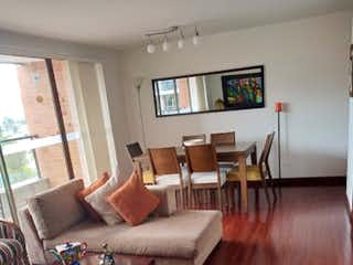 Una sala de estar llena de muebles y una televisión de pantalla plana en Apartamento en venta en Casa Blanca Suba con Gimnasio...