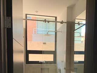 Un cuarto de baño con lavabo y ducha en Apartamento en venta en Barrio Usaquén de 2 alcobas