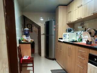 Una cocina que tiene un montón de armarios en ella en Casa en venta en Barrio La Carolina de 3 alcoba