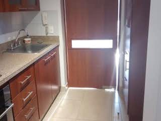 Una cocina con nevera y fregadero en Apartamento En Arriendo/venta En Bogota San Jose De Bavaria