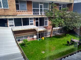 Una casa que está sentada en la hierba en Casa en venta en Barrio Teusaquillo de 7 habitaciones