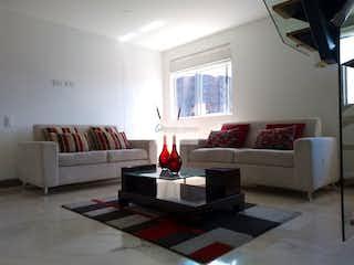 Una sala de estar llena de muebles y una ventana en Abadia