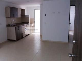 Una cocina con nevera y fregadero en VENDOAPARTAMENTOLAESTRELLA