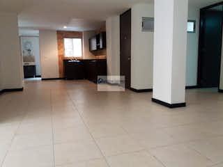 Un cuarto de baño con lavabo y un espejo en Venta Apartamento Sabaneta
