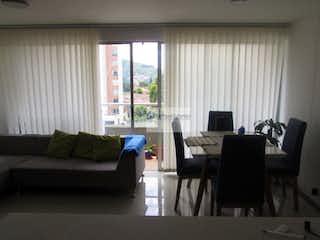 Una sala de estar llena de muebles y una ventana en venta Apartamento Sabaneta