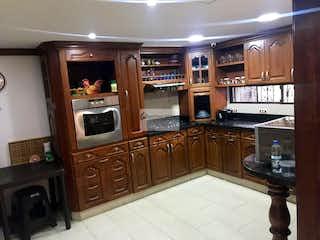 Cocina con nevera y microondas en VILLAS DE FIDELENA