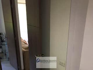 Un cuarto de baño con lavabo y un espejo en Apartamento en La Ferreria, La Estrella - Tres alcobas