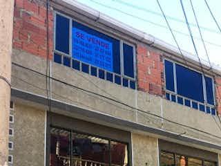 Un edificio con una señal en el costado en Casa en venta en Las Margaritas de 3 alcobas