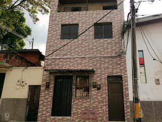Un edificio de ladrillo con un reloj en la parte delantera en Casa en venta en Barrio Buenos Aires 130m²