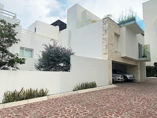 Un edificio de ladrillo con un hidrante de fuego blanco en ENCANTADORA CASA EN MISION CATALA LA LOMA SANTA FE CDMX