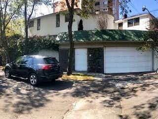 Un coche estacionado delante de una casa en Casa en Venta en Romero de Terreros, Coyoacán