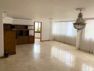 Una sala de estar con una lámpara de araña y una lámpara de araña en Apartamento en venta en Provenza, 240m²