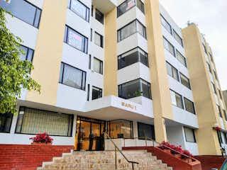 Un edificio alto con un reloj encima en 102617 - SE VENDE APARTAMENTO  SANTA BARBARA.