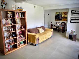 Una sala de estar llena de muebles y un estante de libros en Apartamento venta Loma de los Bernal, Medellin, Antioquia