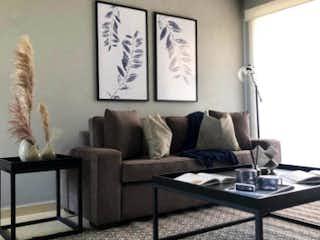 Una sala de estar llena de muebles y una pintura en Colina I Homes