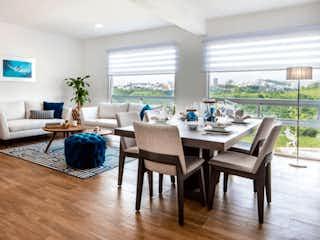 Una sala de estar llena de muebles y una mesa en Brisa