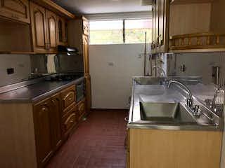 Una cocina con una estufa de fregadero y nevera en Apartamento en venta de 72m2, las Flores, Envigado