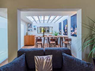 Una sala de estar llena de muebles y una ventana en Ribera Vivero