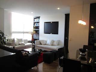 Una sala de estar llena de muebles y una televisión de pantalla plana en Apartamento En Arriendo/venta En Bogota Santa Barbara Occidental