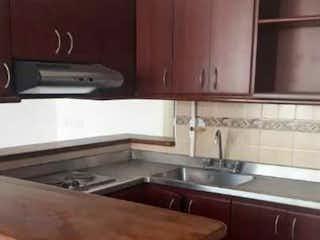 Una cocina con un fregadero y una estufa en SE VENDE APARTAMENTO EN SECTOR VELDROMO