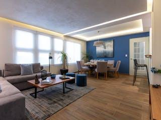 Una sala de estar llena de muebles y un suelo de madera en Departamentos Puerta del Encinar