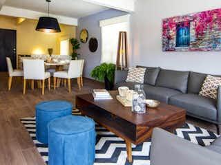 Una sala de estar llena de muebles y una mesa en Town Houses
