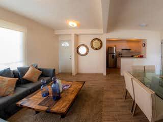 Una sala de estar llena de muebles y un suelo de madera en Vento