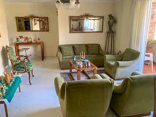 Una sala de estar llena de muebles y una chimenea en Apartamento en Venta LAURELES