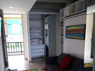 Una sala de estar llena de muebles y una ventana en Apartaestudio en Venta LA PERSEVERANCIA