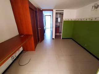 Una cocina con nevera y una ventana en Casa en venta en Niquía de 90mts