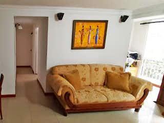 Una sala de estar llena de muebles y una mesa en Apartamento en venta en Calasanz de tres habitaciones
