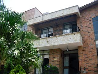Un edificio de ladrillo con un reloj en la parte delantera en Casa en Venta VEREDA SAN JOSE