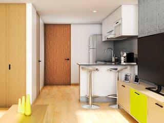 Una cocina con suelos de madera y armarios blancos en Mitika