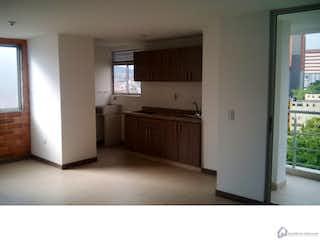 Una cocina con nevera y una ventana en Apto Sabaneta Sector Mayorca