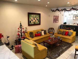 Una sala de estar llena de muebles y un árbol de navidad en Casa en venta en Granjas Coapa de 160mts