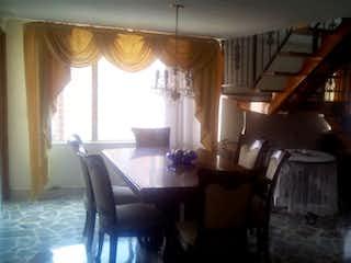 Una sala de estar llena de muebles y una ventana en Apartamento Envigado por la Av. Las Vegas 282369