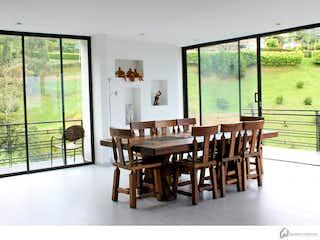 Un comedor con una mesa y sillas en Casa Campestre Unidad Cerrada Sabaneta 279654