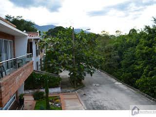 Una calle arbolada con un banco y árboles en Casa campestre urbanización Quintas de san José C. 214277