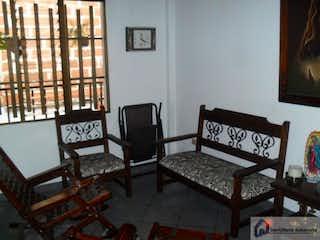 Una sala de estar llena de muebles y una ventana en Casa en venta en Calle Larga, 135mt