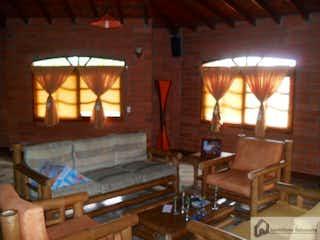 Una sala de estar llena de muebles y una ventana en Casa en venta en La Salada de 2500m2