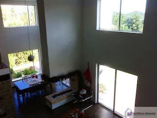 Una sala de estar llena de muebles y una ventana en CASA CAMPESTRE ENVIGADO LOMA ESCOBERO