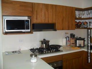 Una cocina con horno de microondas y fregadero en