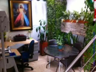 Una sala de estar llena de muebles y una televisión de pantalla plana en Casa sabaneta Cod 77011