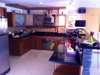 Una cocina con mucho espacio en el mostrador y un fregadero en Casa Aves Marias Cod 64657