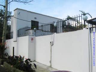 Un edificio con un montón de plantas en él en CASA CAMPESTRE MODERNA COD:58968