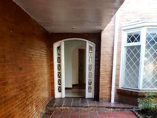 Un edificio de ladrillo con una puerta blanca en Casa En Venta En Bogota Lisboa-Usaquén