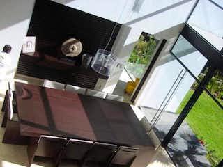 Una persona con una mochila y una maleta en Casa en venta en San Bartolo Ameyalco, de 543mtrs2