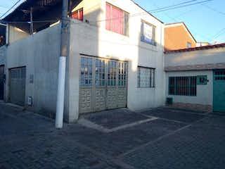 Un edificio blanco con un letrero en la calle en Casa En Venta En Bogota Alamos Norte