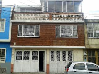 Un edificio con una señal en él en Casa En Venta En Bogota Estrada